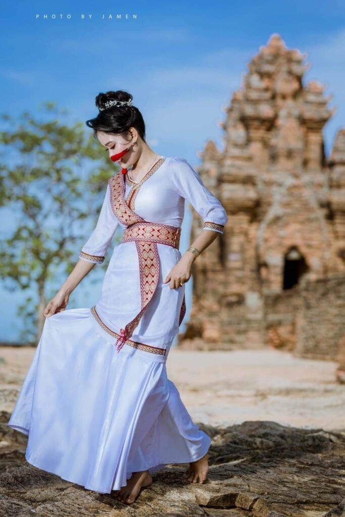 Một trong những trải nghiệm thú vị là thuê trang phục chụp hình bên đền tháp cổ kính [Ảnh: Jamen Ivan]